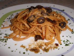 Spaghetti con Pomodori Secchi, Capperi e Olive Nere con Colata di Acciuga