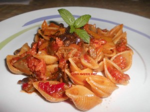 Conchiglie con Salsiccia, Melanzane e Peperoni