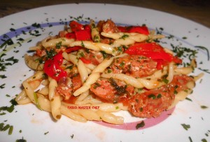 Trofie Fresche con Salsiccia, Peperoni e Pomodori Freschi